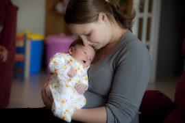 odgajati dojenče, majčinstvo, dojenje