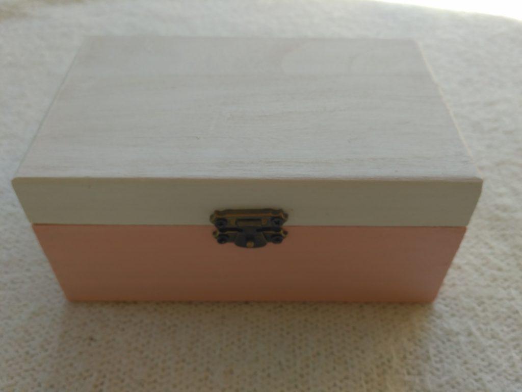 Kutija obojena akrilnim bojama